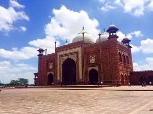 A Mosque Surrounding The Taj Mahal (Credit: Joe Peskett)